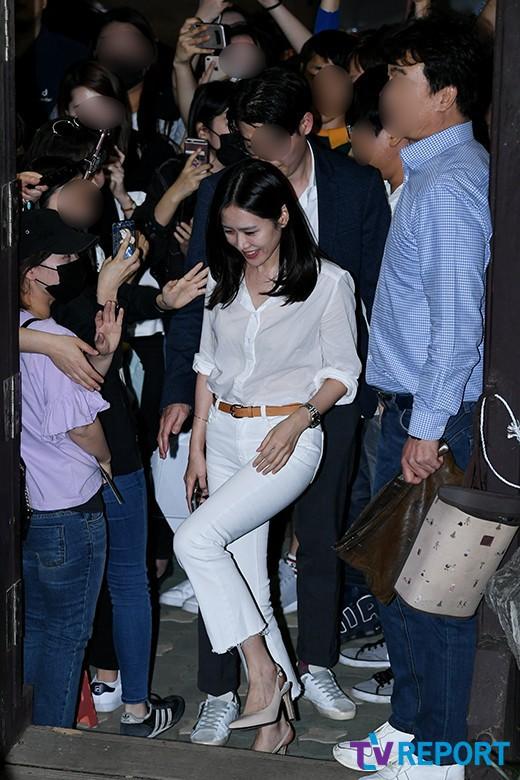 Tiệc mừng công phim Chị đẹp: Jung Hae In bị biển fan vây kín, Son Ye Jin đẹp bất chấp giữa dàn sao - Ảnh 8.