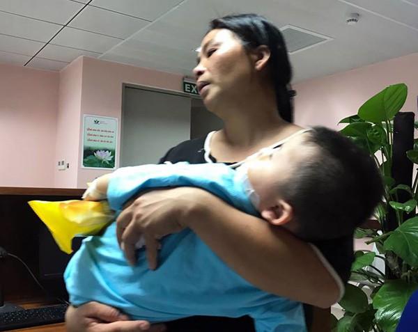 Hà Nội: Thương tâm bé trai 21 tháng tuổi bị chó dại cắn rách mặt - Ảnh 2.