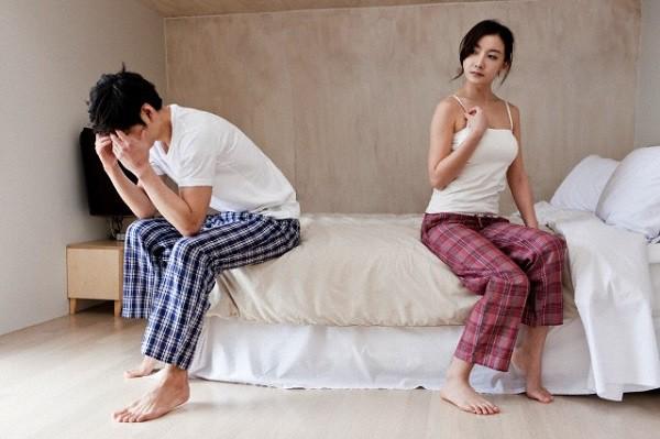 Đúng 2 tuần sau ngày cưới, chồng ôm gối xuống nền nhà ngủ, tra hỏi mãi tôi mới biết nguyên nhân điếng người này  - Ảnh 1.