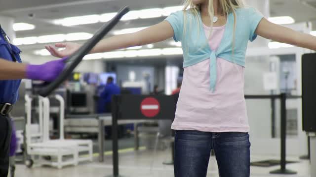 Còi báo động vang lên khi những bé gái bước qua máy quét an ninh sân bay, cảnh sát phát hiện âm mưu tàn nhẫn - Ảnh 1.
