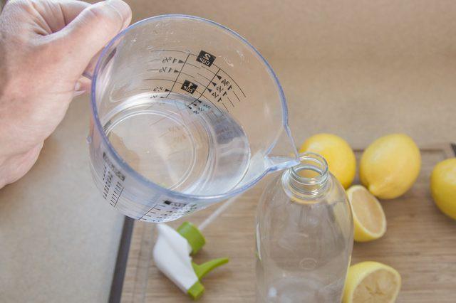 Đừng chỉ lau với nước, bạn phải sử dụng những nguyên liệu sau để khử mùi hôi khủng khiếp của nước tiểu chó, mèo trong nhà - Ảnh 2.