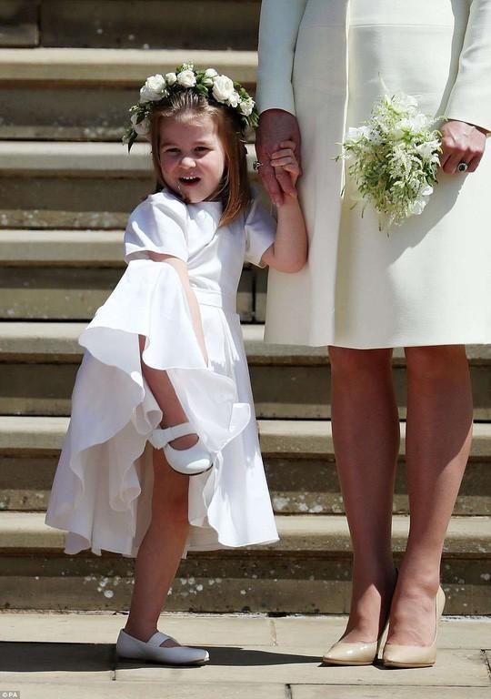 Khoảnh khắc đáng yêu của công chúa Charlotte trong đám cưới hoàng gia lần đầu được công bố khiến dân mạng phát sốt - Ảnh 2.