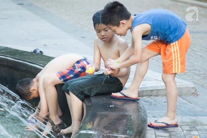 Người dân ra đài phun nước, sông hồ để giải nhiệt bất chấp nguy hiểm - Ảnh 7.