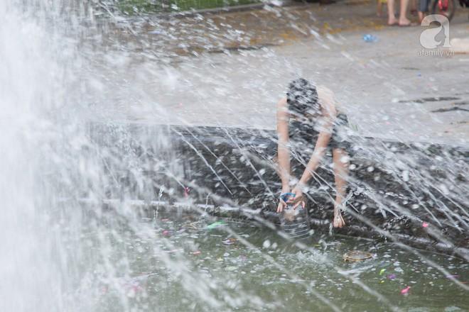 Người dân ra đài phun nước, sông hồ để giải nhiệt bất chấp nguy hiểm - Ảnh 8.