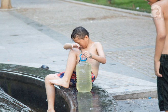 Người dân ra đài phun nước, sông hồ để giải nhiệt bất chấp nguy hiểm - Ảnh 9.