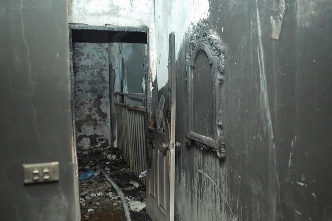 Cảnh tan hoang bên trong căn nhà cháy tại tầng 18 chung cư ở Hà Đông - Ảnh 6.