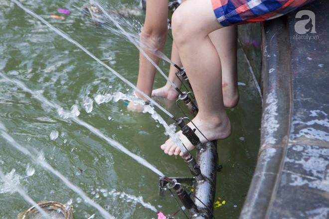 Người dân ra đài phun nước, sông hồ để giải nhiệt bất chấp nguy hiểm - Ảnh 10.