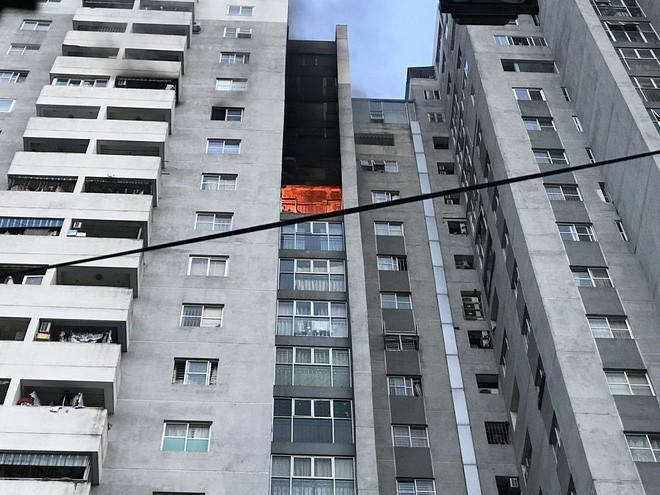 Cảnh tan hoang bên trong căn nhà cháy tại tầng 18 chung cư ở Hà Đông - Ảnh 9.