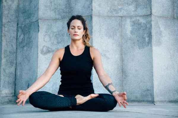 Những tư thế yoga hoàn hảo cho ngày mới tràn đầy năng lượng - Ảnh 2.