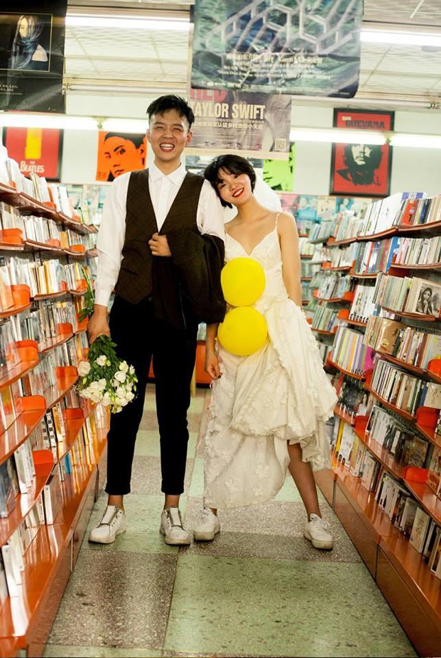 """""""Hãy yêu và cưới một chàng trai khiến bạn cười như thế"""": Bộ ảnh cưới cô dâu cười tít mắt khiến MXH chao đảo - Ảnh 1."""