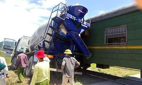 Liên tiếp tai nạn đường sắt: Tàu hỏa lại đâm bẹp xe bồn bê tông ở Nghệ An - Ảnh 1.
