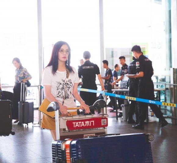 U50 Triệu Vy xinh đẹp bất ngờ giữa sân bay, nhưng đôi chân dài thon thả mới là điều ai cũng ngưỡng mộ - Ảnh 1.