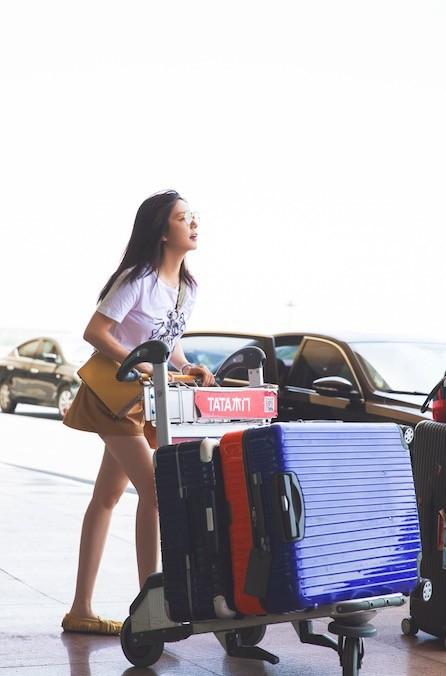 U50 Triệu Vy xinh đẹp bất ngờ giữa sân bay, nhưng đôi chân dài thon thả mới là điều ai cũng ngưỡng mộ - Ảnh 4.