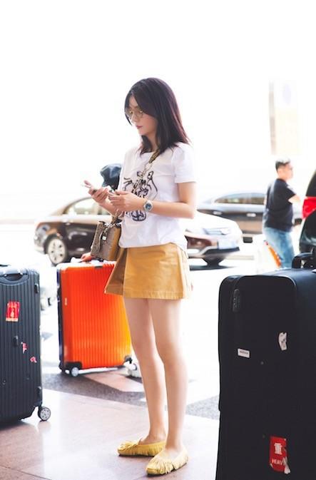 U50 Triệu Vy xinh đẹp bất ngờ giữa sân bay, nhưng đôi chân dài thon thả mới là điều ai cũng ngưỡng mộ - Ảnh 6.