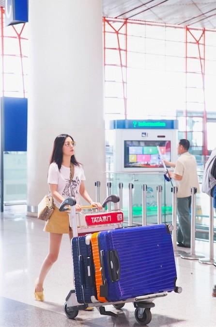 U50 Triệu Vy xinh đẹp bất ngờ giữa sân bay, nhưng đôi chân dài thon thả mới là điều ai cũng ngưỡng mộ - Ảnh 3.