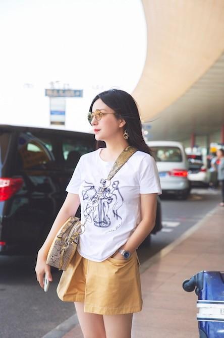 U50 Triệu Vy xinh đẹp bất ngờ giữa sân bay, nhưng đôi chân dài thon thả mới là điều ai cũng ngưỡng mộ - Ảnh 5.