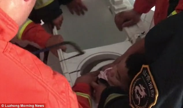 Đang làm việc nhà nghe con khóc ré lên, mẹ chạy đến xem phát hiện cảnh hãi hùng trong chiếc máy giặt - Ảnh 1.