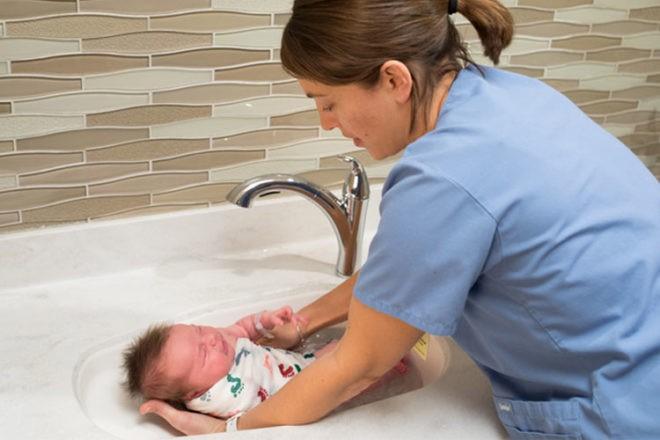 Các mẹ đã biết chưa? Đây là cách tắm cho trẻ sơ sinh mới nhất được các bác sĩ khuyên làm - Ảnh 3.