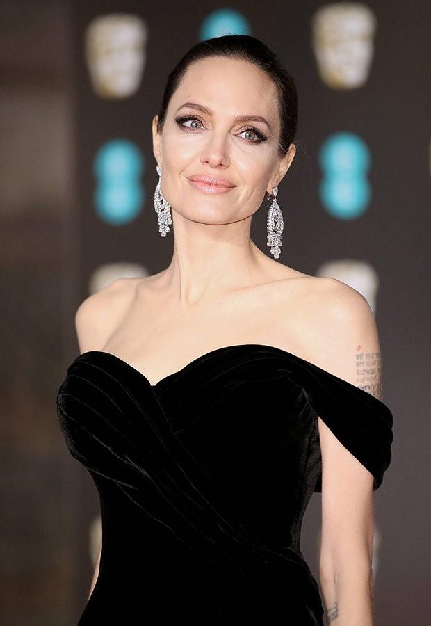 Đã 43 tuổi mà vẫn sở hữu làn da đẹp, hóa ra Angelina Jolie chỉ nhờ cậy đến những bí kíp dưỡng da đơn giản này - Ảnh 1.