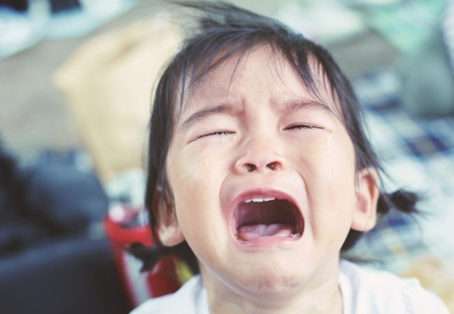 Có 4 biện pháp khoa học trị dứt điểm những cơn mè nheo, khóc lóc, ăn vạ của trẻ - Ảnh 3.