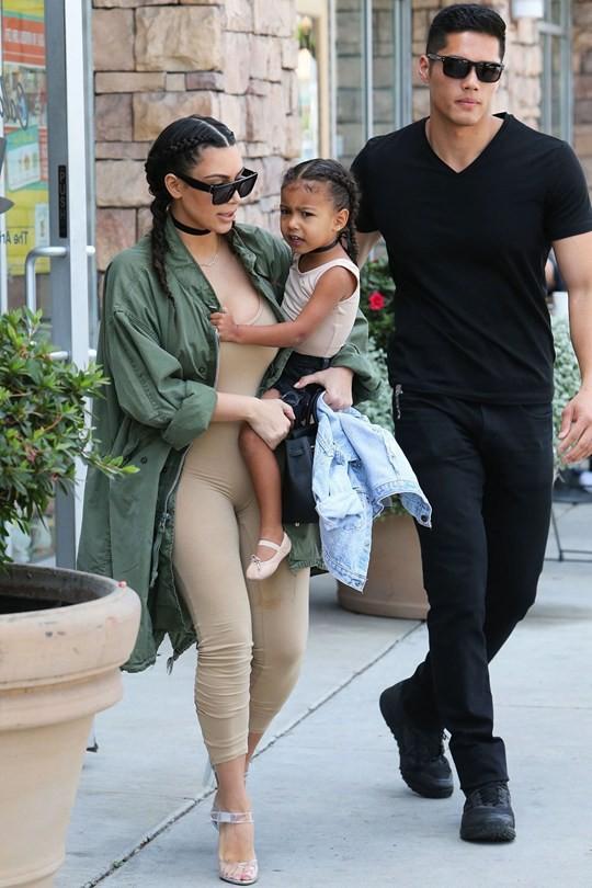 Loạt ảnh đẹp trai và thông tin về chàng vệ sĩ được đồn là người cha thật của con gái Kylie Jenner - Ảnh 2.