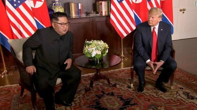 Chuyên gia ngôn ngữ cơ thể tiết lộ những điều bất ngờ trong cuộc gặp gỡ lịch sử giữa hai nhà lãnh đạo Trump và Kim - Ảnh 3.