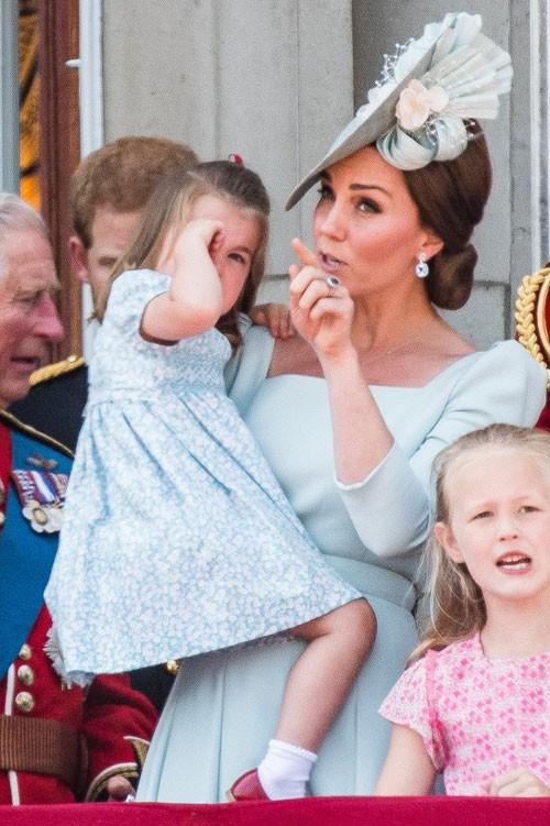 Cách công nương Kate dỗ con nín khóc trước chỗ đông người được khen hết lời - Ảnh 5.