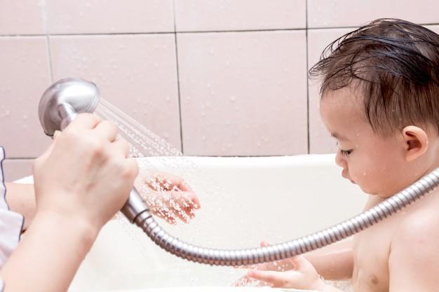 Điểm danh những lỗi cha mẹ rất hay mắc phải khi tắm cho trẻ sơ sinh - Ảnh 2.