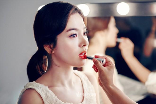 Nhan sắc Song Hye Kyo và nữ chính tin đồn Hậu Duệ Mặt Trời Nhã Phương: Chưa nhận vai đã bị đặt lên bàn cân - Ảnh 7.