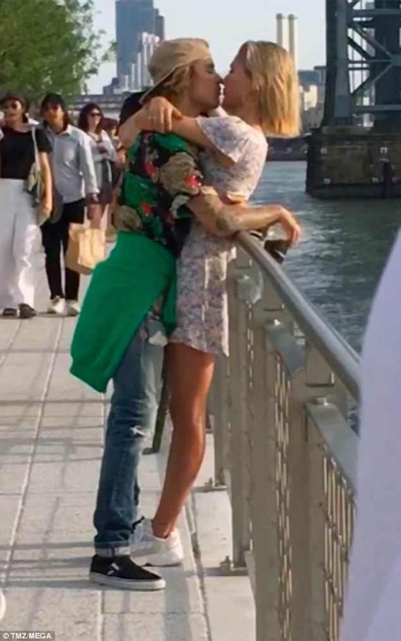 Cơ hội quay lại với Selena Gomez đã kết thúc khi Justin Bieber công khai hôn siêu mẫu nóng bỏng - Ảnh 2.