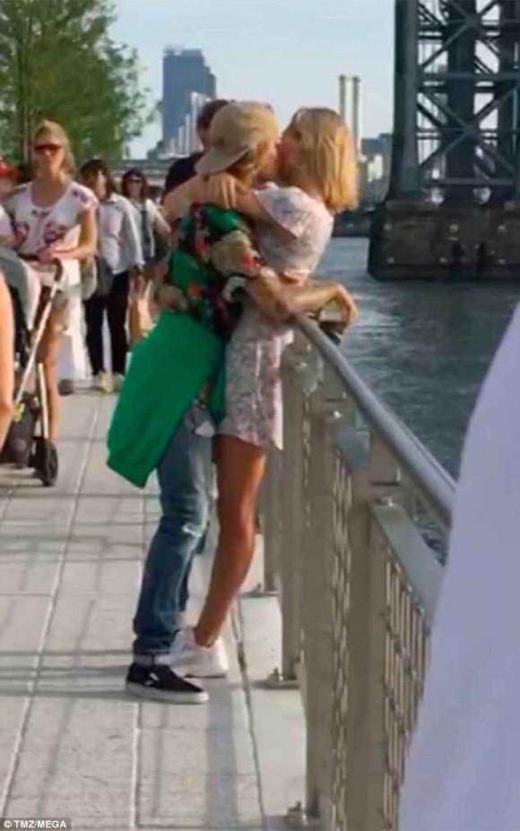 Cơ hội quay lại với Selena Gomez đã kết thúc khi Justin Bieber công khai hôn siêu mẫu nóng bỏng - Ảnh 3.