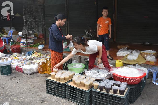 Hà Nội: Tết đoan ngọ, người dân nhộn nhịp mua rượu nếp, nếp cẩm từ sáng sớm - Ảnh 6.