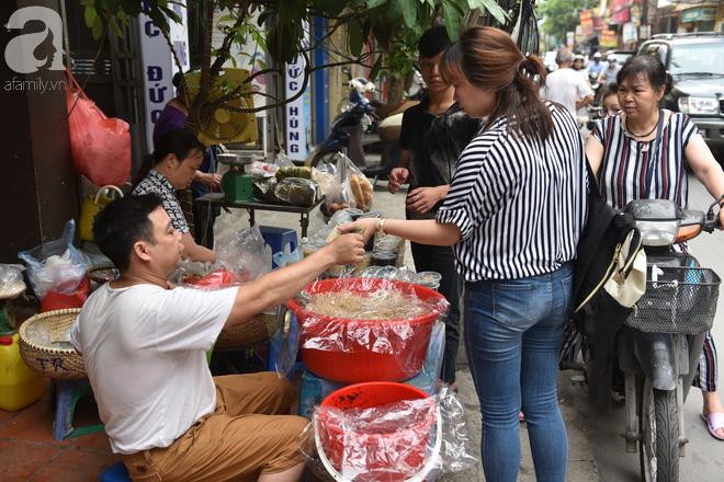 Hà Nội: Tết đoan ngọ, người dân nhộn nhịp mua rượu nếp, nếp cẩm từ sáng sớm - Ảnh 8.
