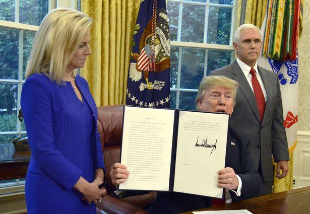 Câu chuyện đằng sau bức ảnh em bé đứng khóc bên biên giới góp phần khiến Tổng thống Trump ký lại sắc lệnh về người nhập cư - Ảnh 7.