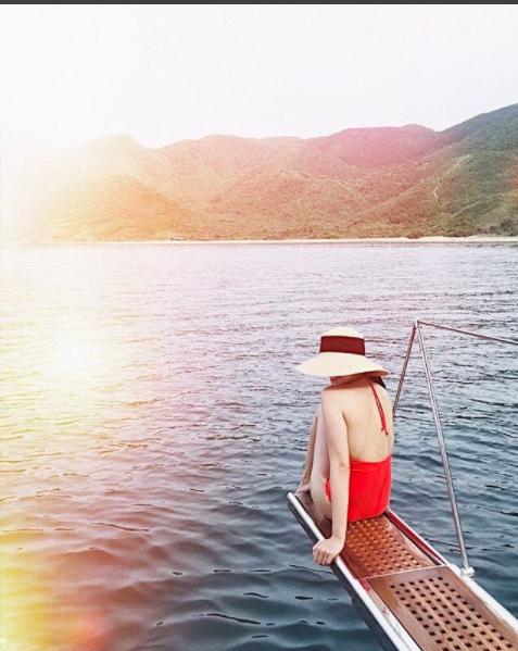 Chẳng cần khoe vòng 1, Tăng Thanh Hà chỉ diện bikini khoe lưng thôi cũng đã đủ làm fan xuýt xoa - Ảnh 1.