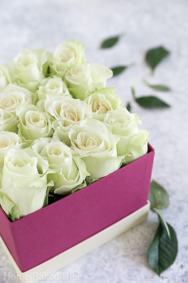 Không cần ra tiệm nữa bạn có thể tự cắm hoa hồng trong hộp siêu đẹp - Ảnh 3.