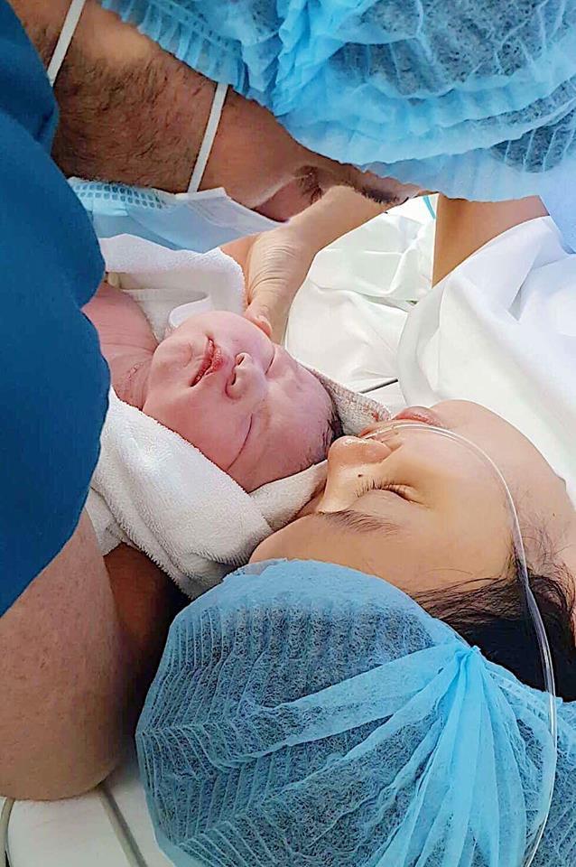 Siêu mẫu Hà Anh hé lộ hình ảnh đầu tiên của công chúa nhỏ vừa chào đời nặng 4,4 kg - Ảnh 1.
