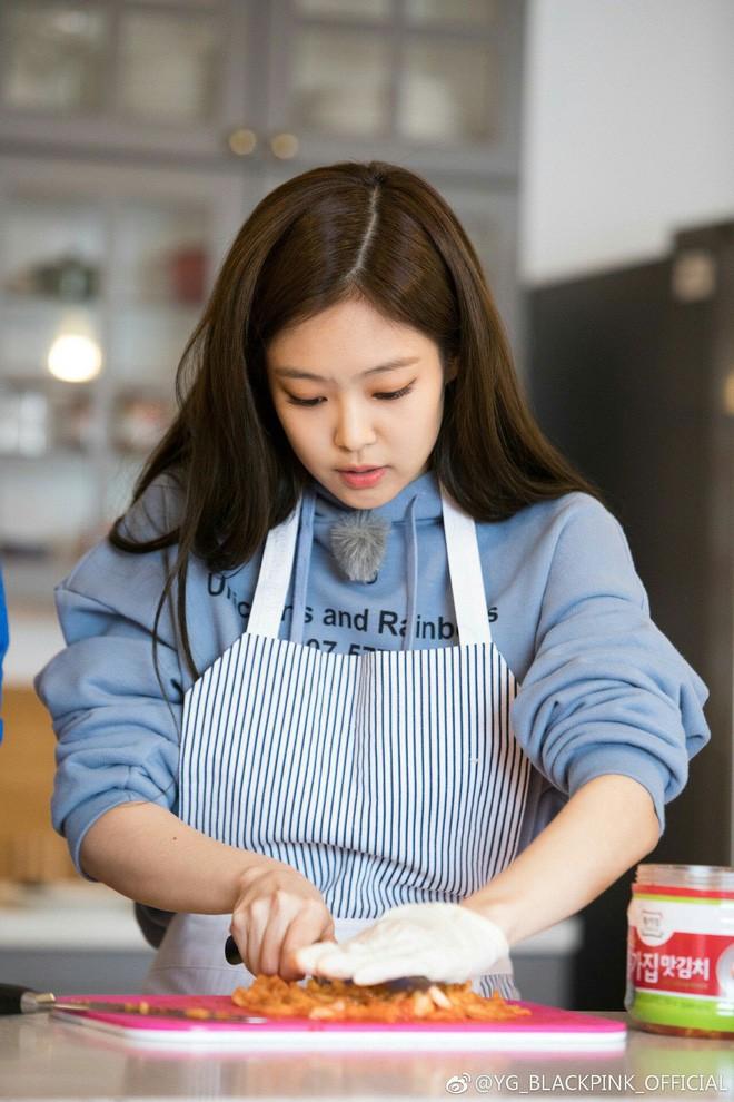 Bí quyết gì giúp Jennie Kim (Black Pink) duy trì được vóc dáng tuyệt hảo không có nổi 1% mỡ thừa? - Ảnh 1.
