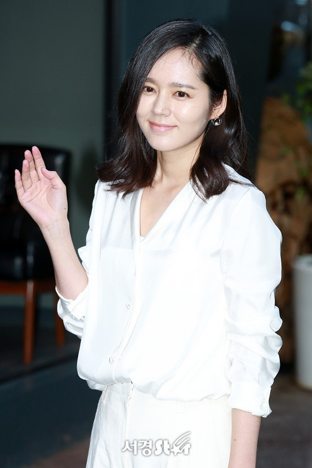 Ngược đời nhan sắc Han Ga In: Ảnh trong phim đã chỉnh sửa thì già khú, nhưng cứ đi sự kiện lại gây sốt vì quá trẻ - Ảnh 2.