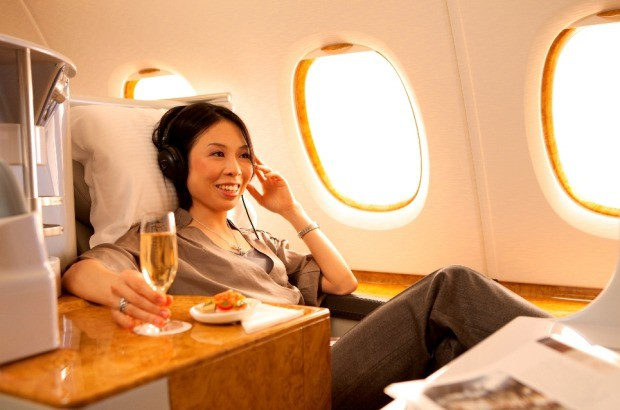 Lên máy bay ngồi ghế hạng sang, ăn món ngon để hai con chịu khổ ở ghế bình dân, người phụ nữ bị mắng té tát và đây là lời giải thích của cô - Ảnh 1.