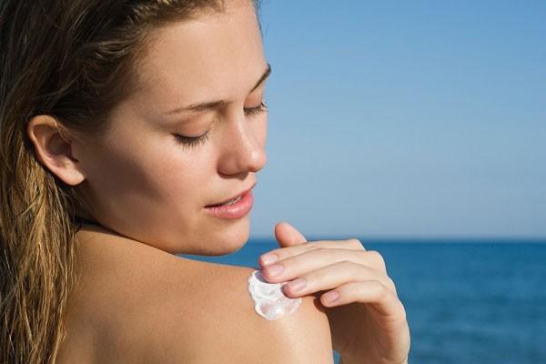 Những tác dụng phụ của kem chống nắng khiến ai cũng giật mình và cách giải quyết mà bạn nên biết - Ảnh 1.