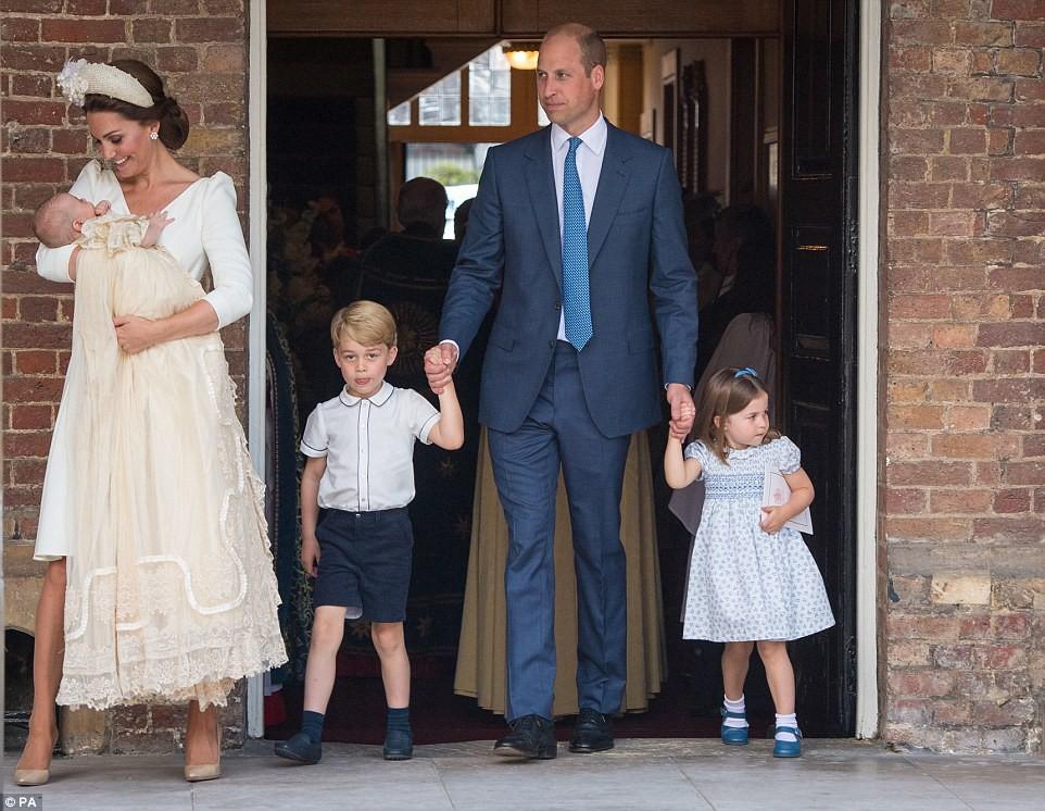 Hoàng tử Louis ngủ ngoan trong lòng mẹ, lần đầu tiên xuất hiện cùng anh chị - Ảnh 3.