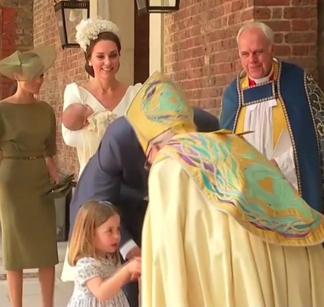 Công chúa Charlotte gây sốt khi nghiêm mặt nhắc nhở phóng viên và cái bắt tay đầy tự tin trong lễ rửa tội của em trai  - Ảnh 2.
