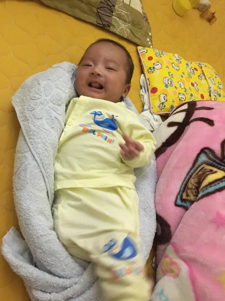 Y tá chỉ cách dùng khăn quấn làm ổ giúp bé sơ sinh ngủ... tít thò lò trong clip gần 3 triệu view - Ảnh 8.