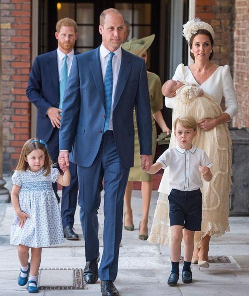 Hoàng tử Louis ngủ ngoan trong lòng mẹ, lần đầu tiên xuất hiện cùng anh chị - Ảnh 4.