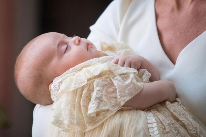 Hoàng tử Louis ngủ ngoan trong lòng mẹ, lần đầu tiên xuất hiện cùng anh chị - Ảnh 1.