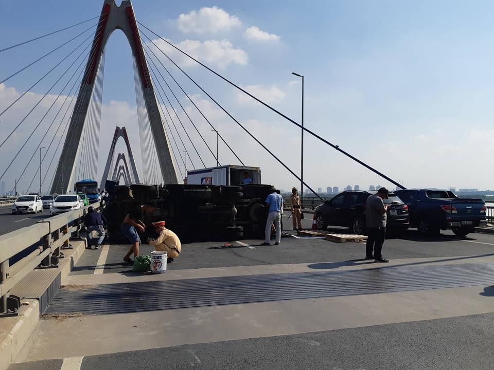 Hà Nội: Xe tải bất ngờ lật nghiêng chắn ngang trên cầu Nhật Tân - Ảnh 1.