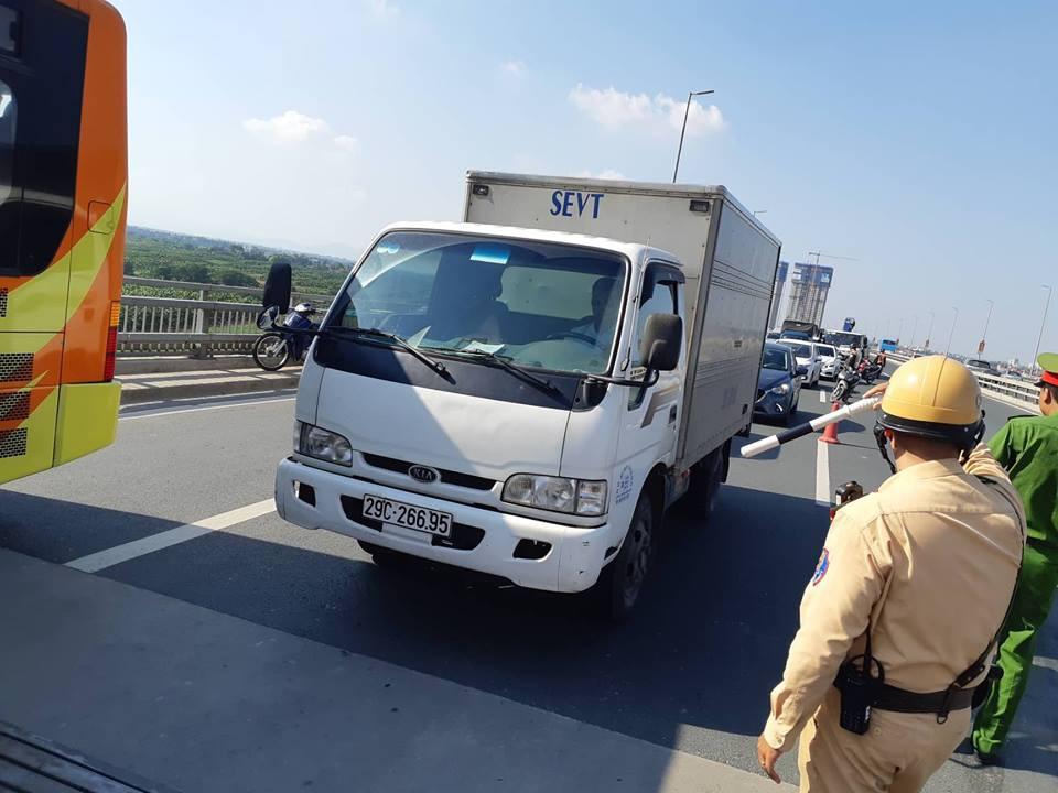 Hà Nội: Xe tải bất ngờ lật nghiêng chắn ngang trên cầu Nhật Tân - Ảnh 3.