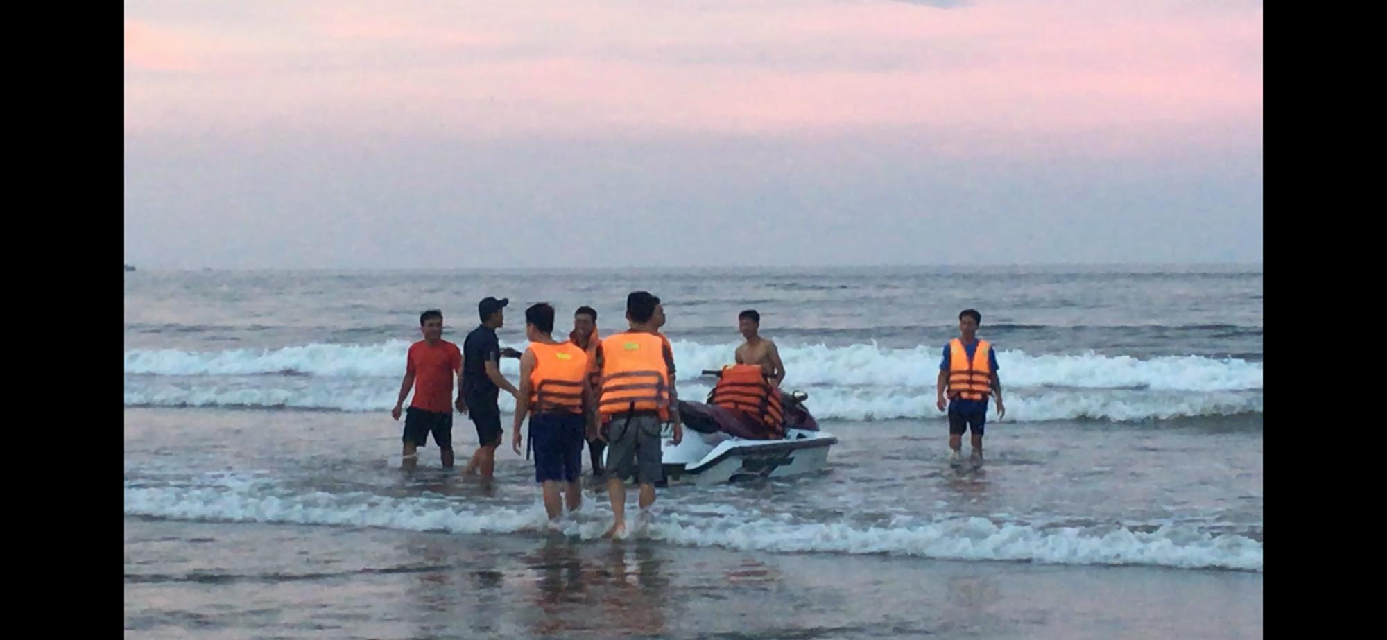 Thanh Hóa: Lật phao khi đi bơi biển, 4 thanh niên bị sóng cuốn xa bờ - Ảnh 1.