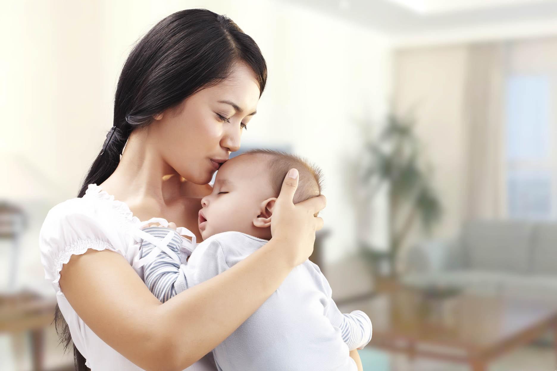 Những sai lầm cực kỳ nguy hiểm mà các mẹ hay mắc phải khi chăm trẻ sơ sinh - Ảnh 2.